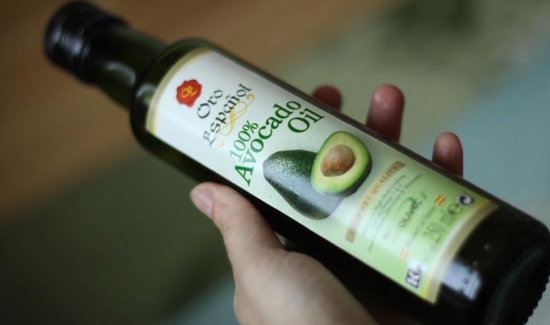 Масло авокадо в бутылке