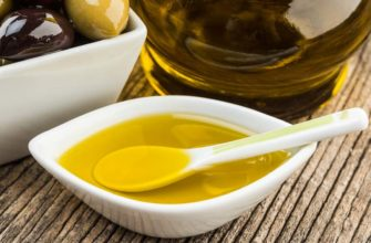 Масло оливок в тарелке