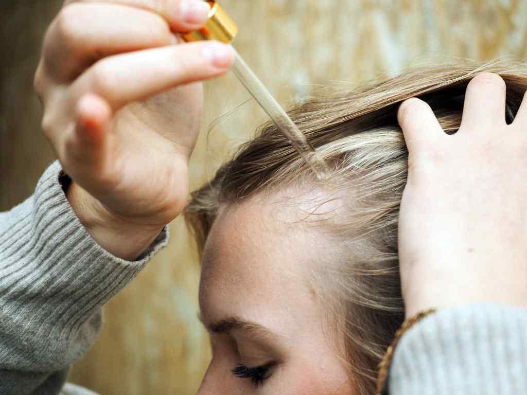 Нанесение на волосы масла репейника